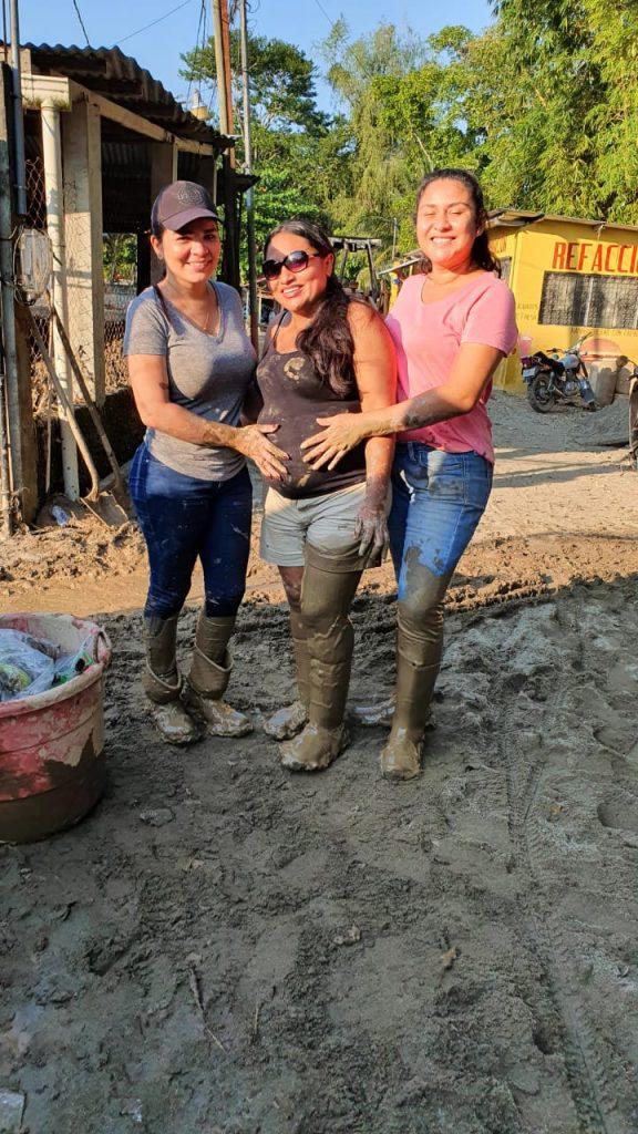 Voluntarias de AMMUDIS con el lodo hasta las rodillas apoyando a las comunidades de Izabal.