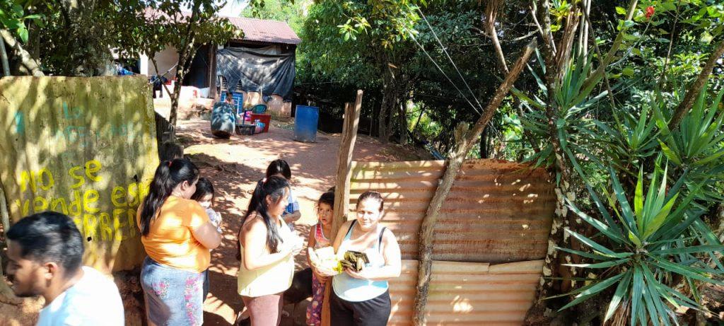 Entrega de Alimentos en comunidades de Izabal luego de huracán Eta por parte de voluntarias de AMMUDIS.